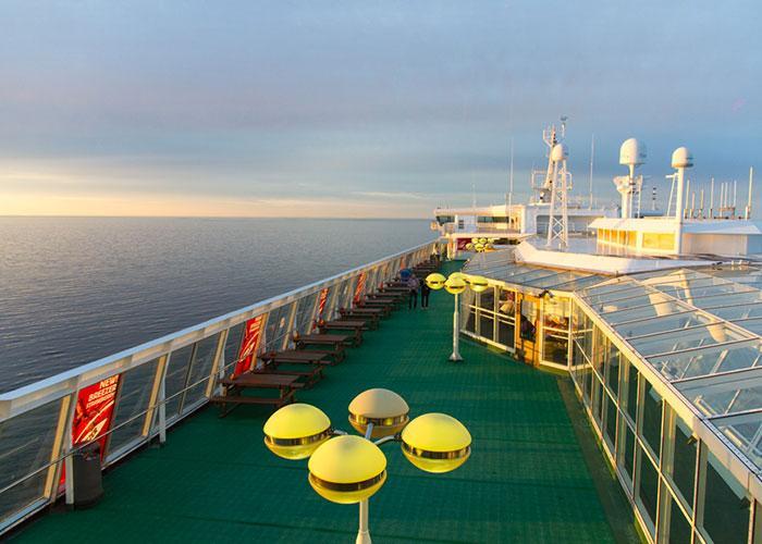 В хорошую погоду на открытой палубе парома можно загорать и наслаждаться видом на море